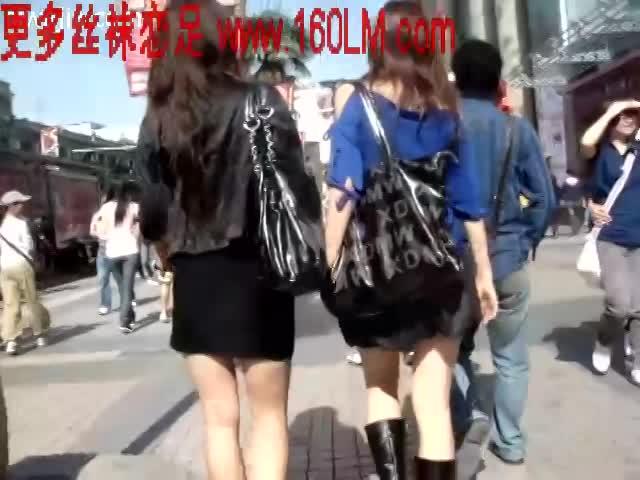 街中を買い物中にミニスカ美脚のお姉さんを発見したので盗撮カメラを向けてこっそりストーカーw